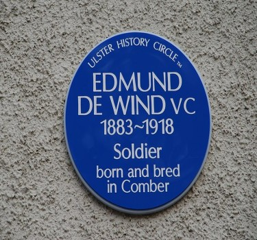 de wind blue plaque in comber